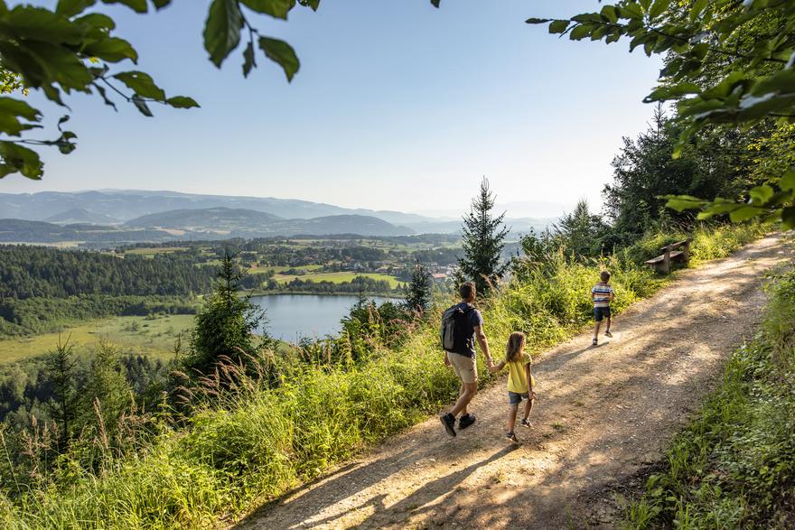 Familie beim Wandern, Slow Trail Kitzelberg Klopeiner See