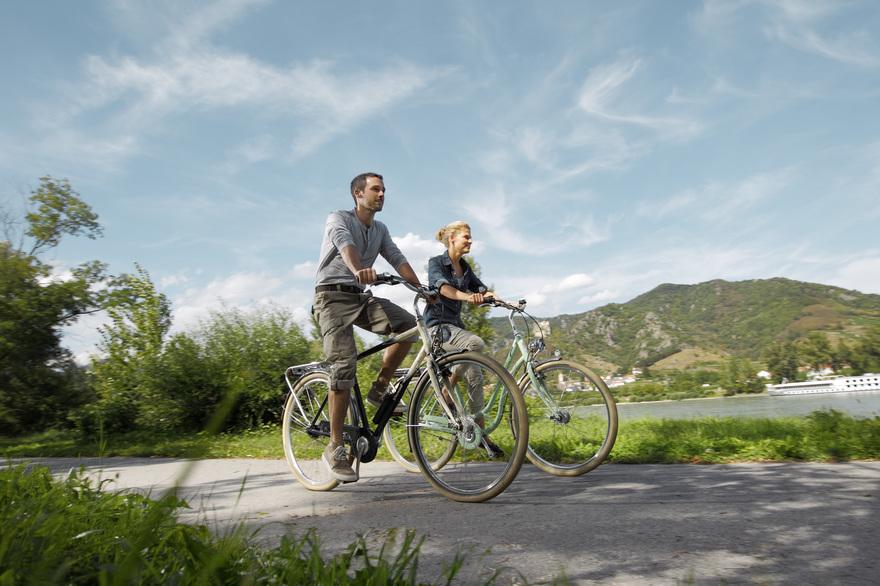 Radfahren am Donauradweg in Höhe Dürnstein. © Österreich Werbung, Fotograf: Peter Burgstaller