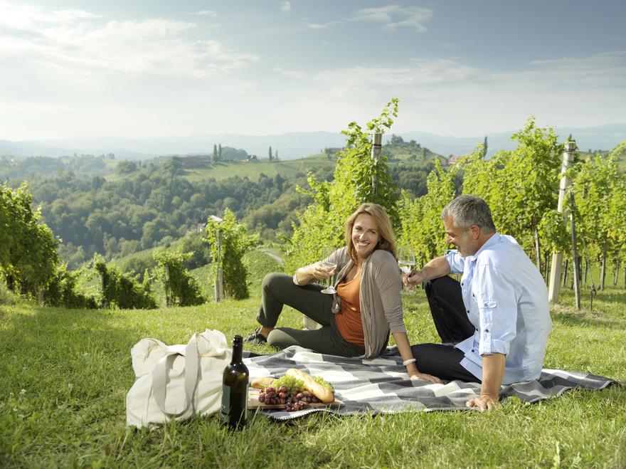 Picknick mit Weinverkostung in einem Weingarten in der Südsteiermark. © Österreich Werbung, Fotograf: Peter Burgstaller