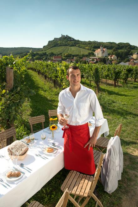 Gastgeber bei im Weinberg in Falkenstein, Niederösterreich. © Österreich Werbung, Fotograf: Peter Burgstaller