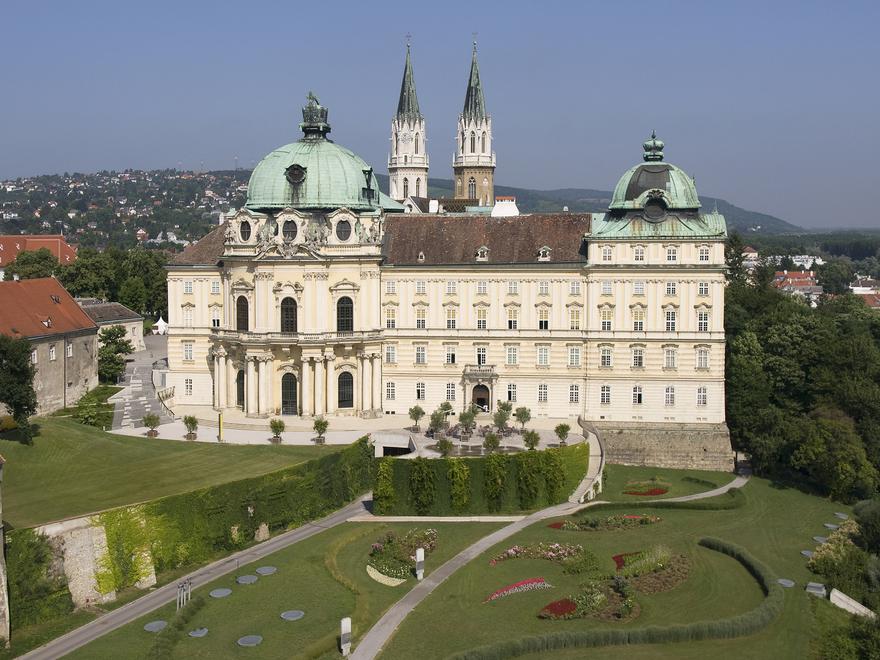 Stift Klosterneuburg Frontalansicht auf das Stift mit Gartenanlage in Niederösterreich. © Österreich Werbung, Fotograf: Michael Zechany
