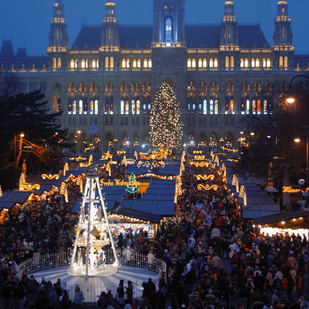 City hall in Vienna / Christmas market in december