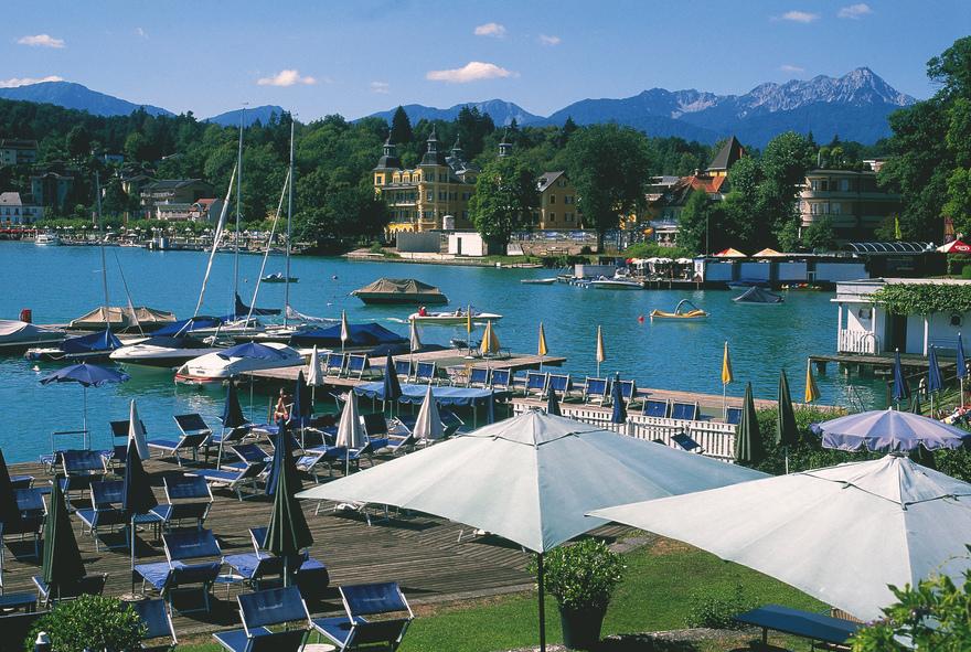 Bucht von Velden. Badestrand mit Bootsstegen am Kärntner Wörthersee. © Österreich Werbung, Fotograf: Diejun